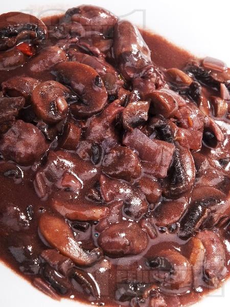 Задушени пиллешки сърца с гъби гъби печурки и червено вино - снимка на рецептата